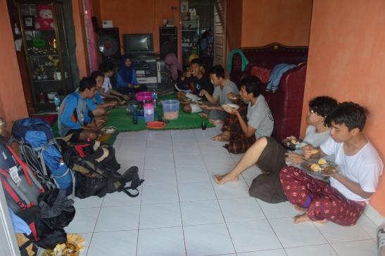 Makan bersama sebelum mengelilingi Pulau Pahawang